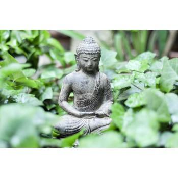 statue de Bouddha en méditation en pierre de lave