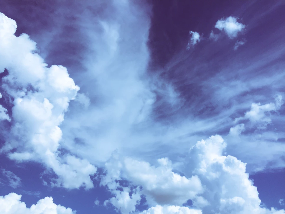 la conscience en méditation : laissant passer les pensées comme les nuages qui traversent le ciel