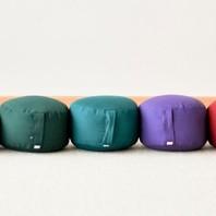 Pour une pratique haute en couleurs, découvrez nos zafus épeautre. 🙂 Ce zafu, disponible en plusieurs coloris, est un coussin rond en tissu de coton, solide et confortable, rempli de cosses d'épeautre. 🌱 Fabriqué dans notre atelier à Paris, ce zafu est une création Boutique Zen. ✂️📐