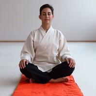 S'asseoir en silence et suivre sa respiration est la base de la méditation. Quand nous observons le va-et-vient de l'air qui entre et qui sort de nos poumons, le corps sent son niveau d'énergie s'élever, et cette expérience génère un sentiment de bonheur. Suivre votre respiration signifie observer la manière dont votre corps respire sans interférer. 🌬  Méditation et respiration sont intimement liés : votre corps n'est pas dans un état d'équilibre tant que votre respiration n'est pas libre. Une fois la respiration libérée, votre esprit devient calme, car l'esprit suit le corps. 🙏🙂