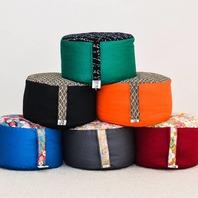 Pour une méditation haute... en couleur! Découvrez notre toute nouvelle collection de zafus épeautre. 🙂 Solides et confortables, ces nouveaux zafus sont fabriqués en tissu de coton et sont remplis de cosses d'épeautre bio d'origine française. 🌿 ATELIER BOUTIQUE ZEN ✂️📐
