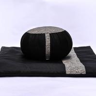 """Découvrez notre ensemble zafu et zafuton """"Grand Koï"""", de couleur noir. 🧘♀️  Cet ensemble peut également être utilisé comme élément décoratif, par exemple, dans votre salon, en harmonie avec l'intérieur de votre maison. Fabrication #boutiquezen ✂️🧵"""
