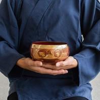 Les bols chantants tibétains sont formés d'un alliage de 7 métaux (argent, cuivre, étain, fer, mercure, or, plomb) correspondant aux chakras. Les parois de ce bol sont très épaisses et produisent un son de longue durée. Son utilisation est rituelle et thérapeutique car celui-ci agit sur les chackras. Ces bols peuvent aussi être aussi utilisés pour la méditation. La vibration des bols chantant favorise une atmosphère apaisée et concentrée. 🧘♀️🧘♂️ #tibet #bol #chakras #meditation #samue #chant #rituel