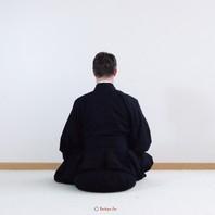 Le kimono noir ou robe de méditation se porte lors de la pratique de la méditation zen. 👘  Il permet de s'asseoir dans la position de zazen car la partie basse est faite avec des plis larges qui couvrent et entourent les jambes lorsqu'elles sont croisées. 🧘🏻  Ce kimono est noir est 100% en coton et est fabriqué dans notre atelier Boutique Zen, à Paris. D'autres coloris sont également disponibles.   #kimono #meditation #zen #bienêtre #boutiquezen #atelier #handmade #madeinfrance #zafu