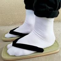 Bien dans mes zoris, bien dans mes tabis !🌞 Nous venons de recevoir de nouvelles zoris du Japon. 🇯🇵🙏 Sandales zoris portées avec des chaussettes traditionnelles japonaises (tabis) ou pied-nu.  🎋