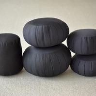 Toute la famille au complet!😀 Parce que choisir la bonne taille de zafu est primordial, nous fabriquons plusieurs tailles différentes afin que vous puissiez trouver facilement votre zafu idéal. 👌 En effet, le zafu doit etre adapté au corps et a la souplesse du bassin. 🧘♀️ Être assis sur un zafu aide à garder la bonne verticalité de la posture de méditation et donc aide à la concentration dont l'apprentissage est la base de toutes les pratiques méditatives. 🙏💭