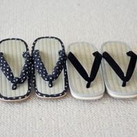"""Sandales traditionnelles """"zōri"""" (草履) en paille de riz avec semelles en gomme de caoutchouc. Ces zōri peuvent se porter pied nus ou chaussées de tabi (chaussettes japonaises) et permettent la circulation de l'air autour des pieds. Idéales pour l'été qui arrive! 😉☀️"""
